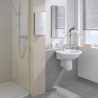 Установка проточного водонагревателя Clage DCX в ванной комнате