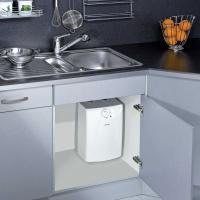 Установка накопительного водонагревателя Clage S 5-U на кухне под раковиной