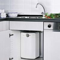 Установка накопительного водонагревателя Clage S 10-O на кухне под раковиной